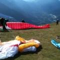Equipamentos necessários para o voo de parapente. Foto tirada na decolagem em Mont Blanc - Chamonix - França, mostra diversos equipamentos prontos para decolagem
