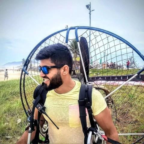 Piloto VoeDuplo Dudu Eduardo Gimenez se equipando com um paramotor