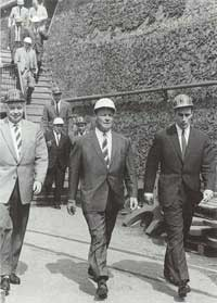 Willy Brandt besucht die Völklinger Hütte. (Quelle: Saarstahl AG)