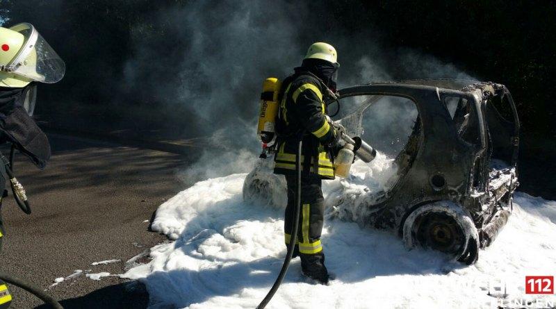 Vom Smart blieb nicht mehr viel übrig (Foto: Feuerwehr Völklingen)