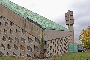 So Imposant das Innere der Kirche ist: Von außen ist die schlechte Bausubstanz sichtbar (Foto: Hell)