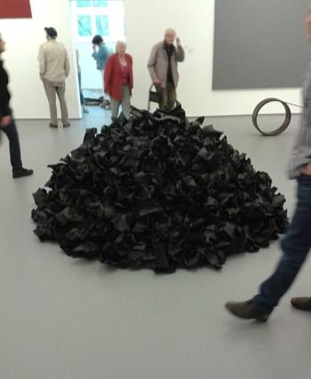 Reiner Ruthenbeck: schwarzer Papierhaufen, Kaiser Wilhelm Museum