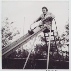Oma auf der Rutsche