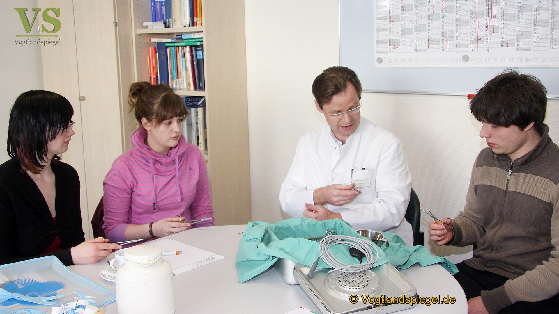 Dr. med. Jürgen Heyne, Chefarzt der Klinik für Allgemeine, Gefäß und Viszerale Chirurgie steht Gymnasiasten Rede und Antwort zum Beruf des Chirurgen