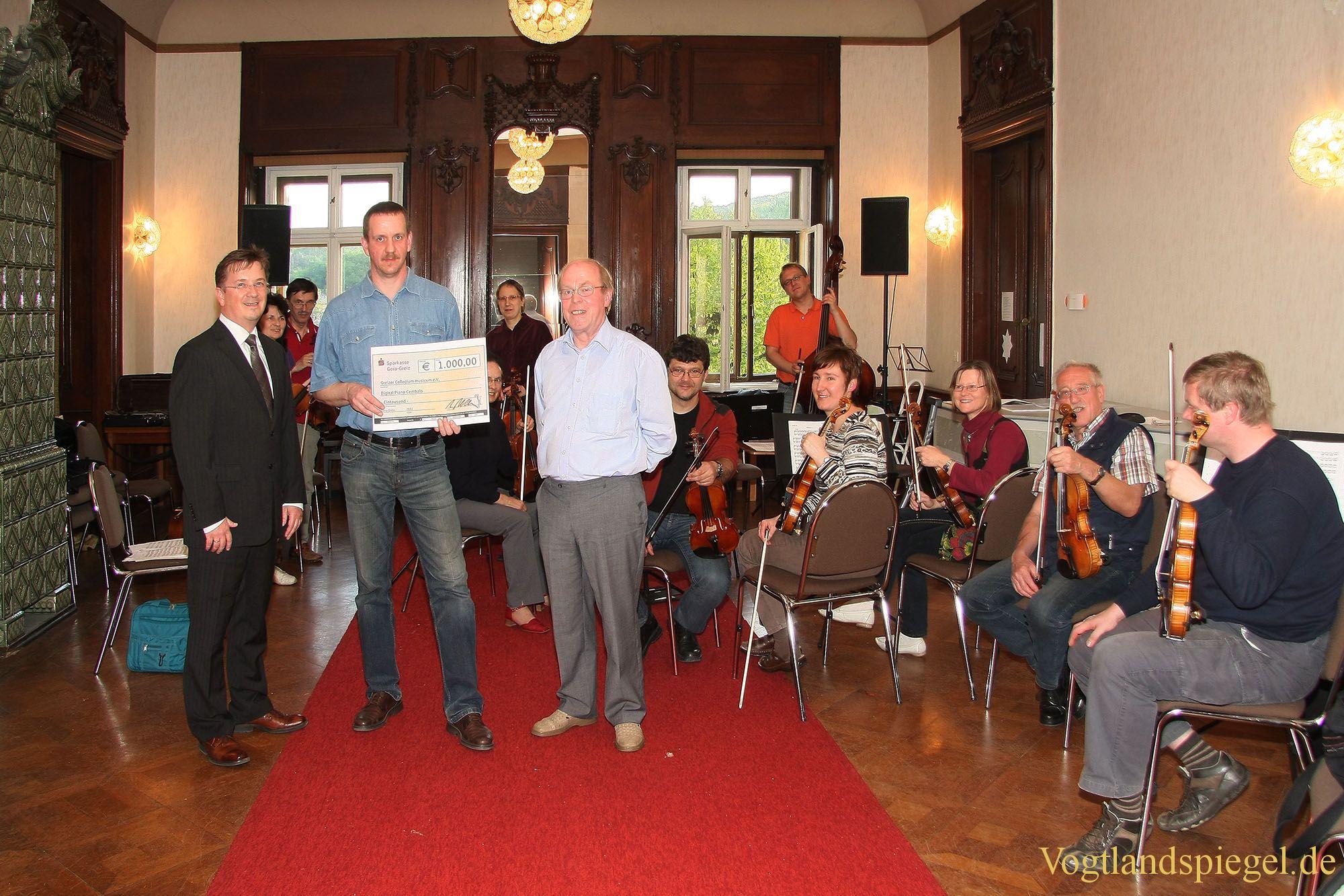 Uwe Borchardt von der Sparkasse Gera-Greiz übergibt Collegium musicum e.V. 1000 Euro für Vereinsarbeit