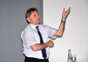 Bürgermeister Gerd Grüner beim vorstellen des Bürgerhaushalts für Greiz