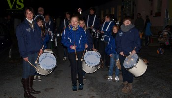 Mit Lampions und viel Getöse - Umzug der Gommlaer »Waldwichtel« mit Trommlern des Fanfarenzugs