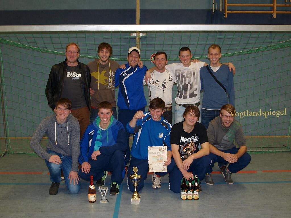 Siegermannschaft des SV Blau-Weiß Niederpöllnitz mit dem Wanderpokal