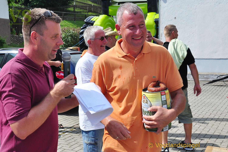 Männer-WG Langenwetzendorf siegt beim Traktorenziehen in Nitschareuth
