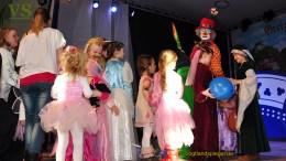 Kinder feiern in Greizer Kurt-Rödel-Halle Fasching