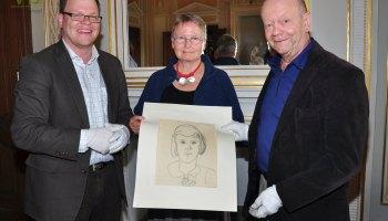 Prof. Dr. Horst Reiher übergibt sechs Koffer voller Kunst