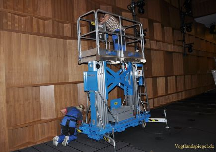 Reinigung der Holzvertäflung im großen Saal der Vogtlandhalle Greiz