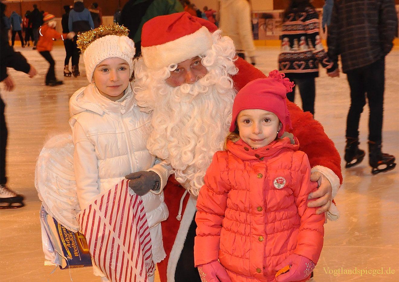 Weihnachtsmann und Engelchen besuchen Greizer Eisbahn