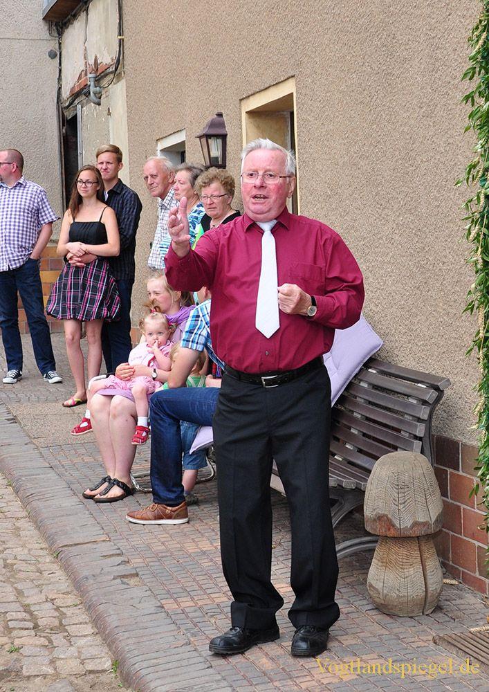 Mohlsdorfer Männerchor überrascht Ehrenmitglied mit Gesang
