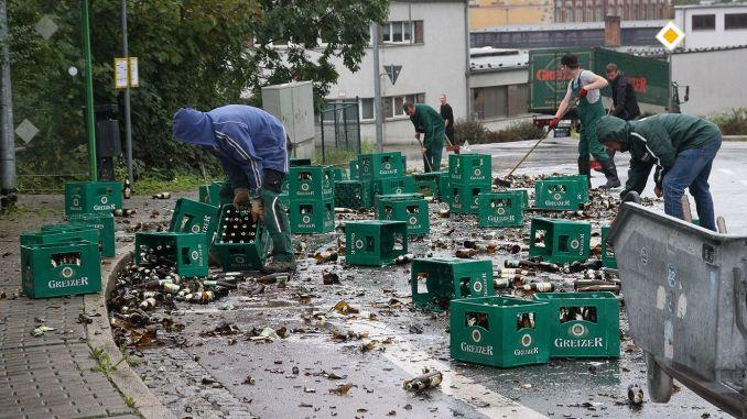 Greizer Brauereifahrzeug verliert Ladung