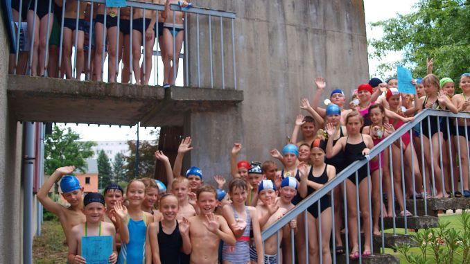 Schulmannschaften kämpfen im Hallenbad um Wanderpokal