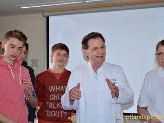 Chefarzt Dr. med. Jürgen Heyne sprach vor medizin-und pflegeinteressierten Schülern des Ulf-Merbold-Gymnasiums