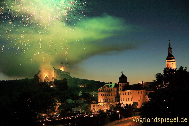Feuerwerk erleuchtet Himmel über Greiz