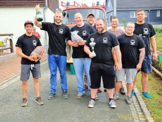 Gaudiwettkampf: Feuerwehrauto-Weitziehen in Daßlitz