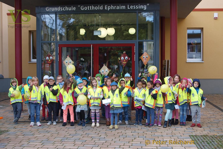 ADAC-Stiftung übergibt Greizer Erstklässler Warnwesten