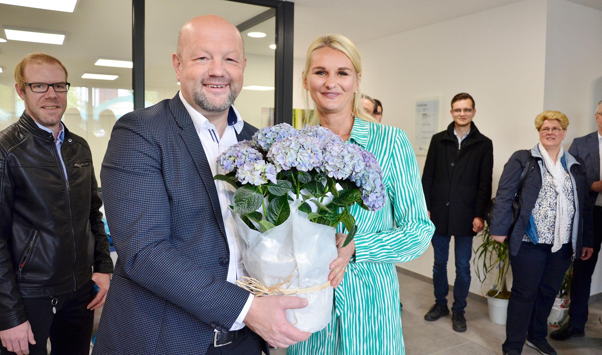 Der Bürgermeister der Stadt Greiz, Alexander Schulze, wünscht Dr. Anna-Maria Nagel alles Gute für den Firmenstart auf dem Greizer Reißberg.