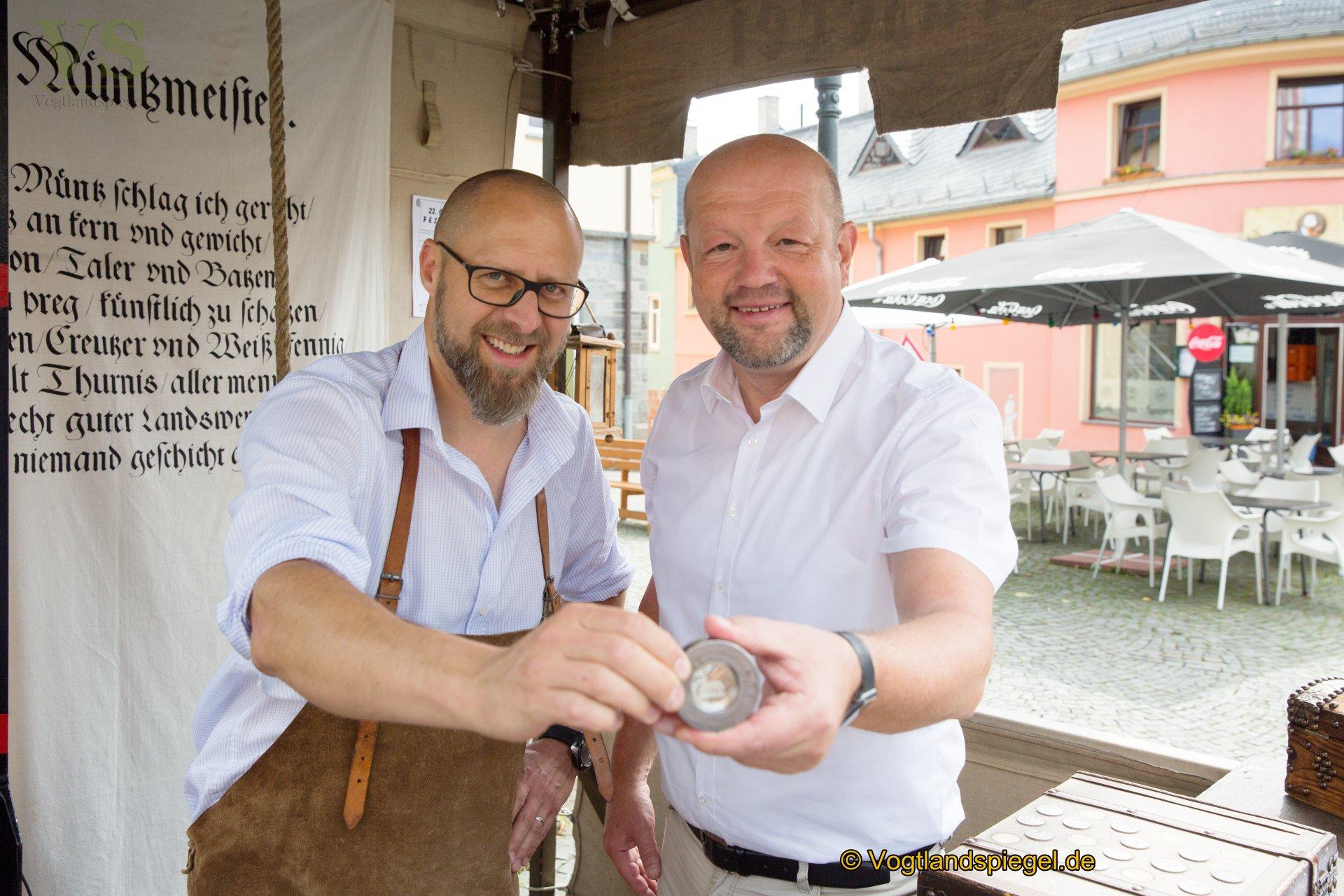 Den Festtaler ziert in diesem Jahr die im Jahr 1744 errichtete Dorfkirche – Am Samstag wurde die Münze von Bürgermeister Alexander Schulze angeprägt