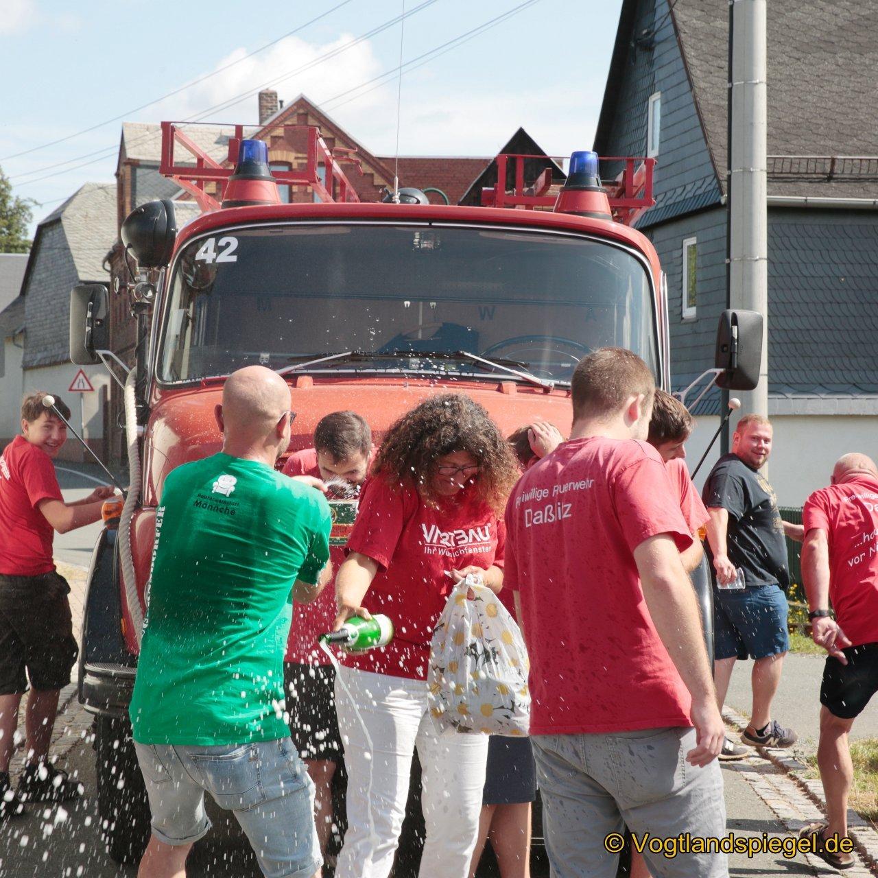 Siegerehrung beim Gaudiwettkampf: Feuerwehrauto-Weitziehen
