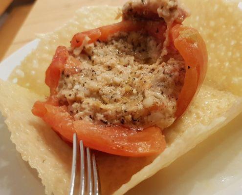 Gefüllte Tomate in parmesan Schale