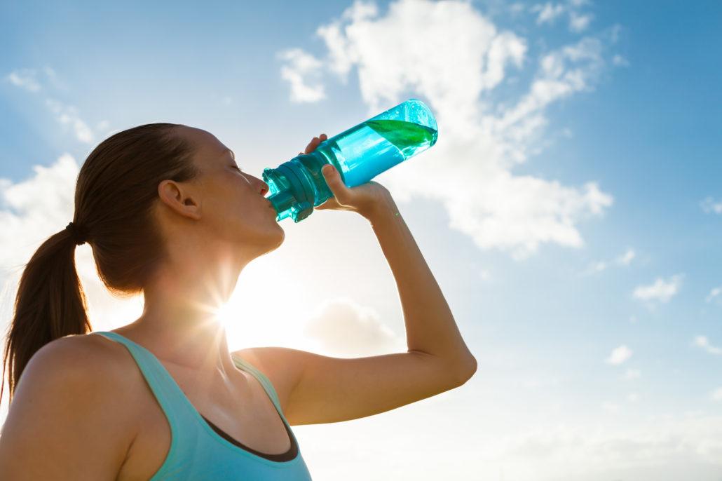 Frau beim Wasser trinken