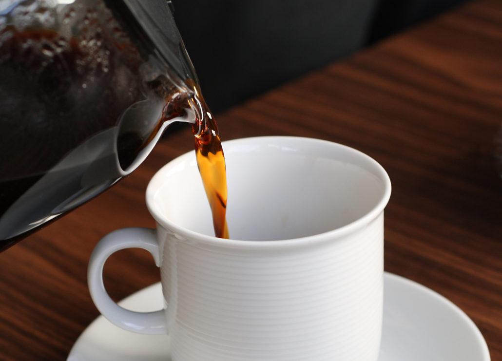 Filterkaffee beim Einschenken