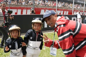 PHARRELL WILLIAMS DONNE LE DEPART DE LA COURSE LORS DE LE MANS Classic ce week-end.