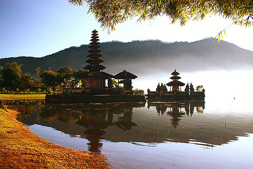 The municipality of Beretan is a major Hindu enclave and contains a Shiivaite temple, the Bratan Bali. (Indonesia Tourism)