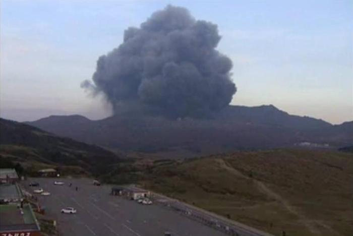 Large explosion at Aso in the early hours of October 10, Japan time (NHK webcam capture by Mike Ross)