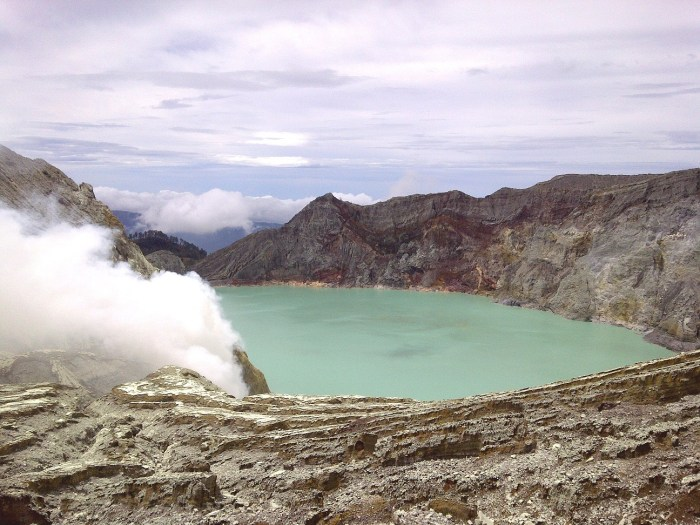 Lake Ijen, the dam is in the upper left corner. Photograph by Okkisafire by Wikimedia Commons.