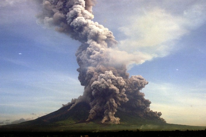 The 2001 vulcanian eruption of Mayon, Philippines (Maslog City Photos, R. Madronero)
