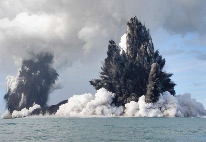 Sub-aquatic eruption of volcano off the coast of Nuku'Alofa, Tonga, in March 2009. (Dana Stephenson/Getty Images)