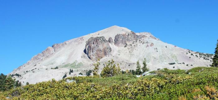 Diamond Peak, a dacitic satellite cone of Mount Tehama. (vibadirect.com)