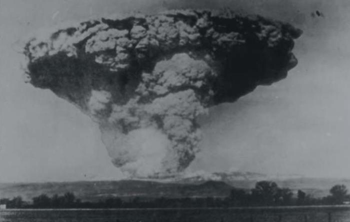 This view of the climactic eruption of May 22nd, 1915, was taken from Anderson, California, more than 33 km (20 miles) from the volcano. (smate.wwu.edu)