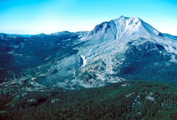 Lassen Peak showing the cirque gouged out by the period of glaciation from 25 to 18 kA. It also shows the area devastated by lahars and the 1915 major eruption. (Wikimedia Commons)