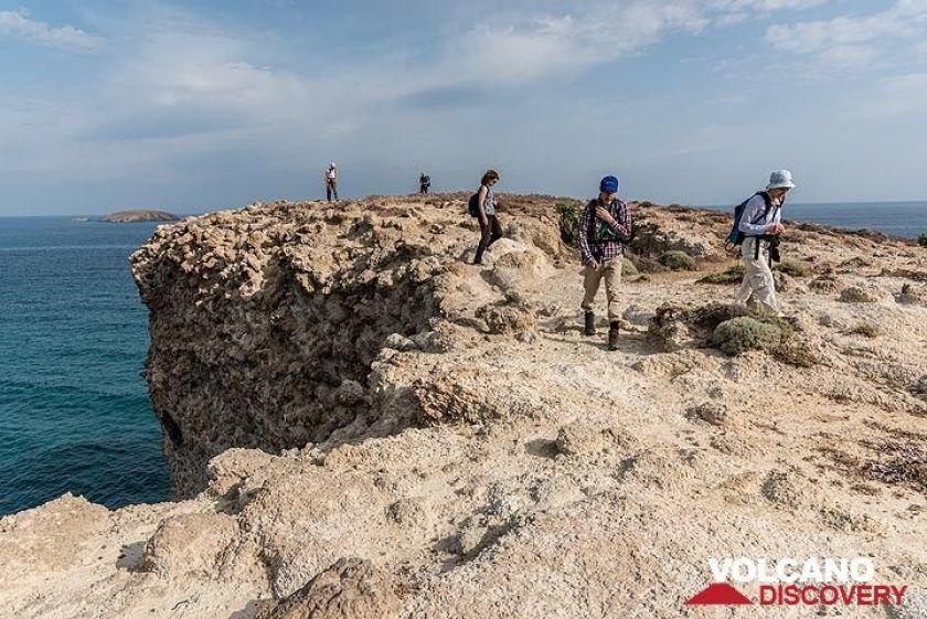 On the northern shore of Milos near Papafragos (Photo: Tom Pfeiffer)