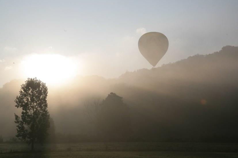 Montgolfière décolage brume matinale du Cantal