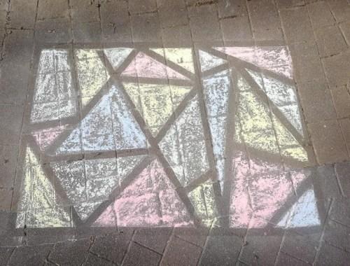 Stoepkrijt challenge - schildersplakband en stoepkrijten kunstwerk