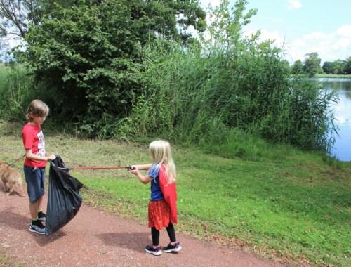 Zwerf afval opruimen met kinderen