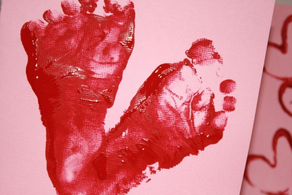 Valentijnskaart maken met kinderen peuters verf voetafdrukjes