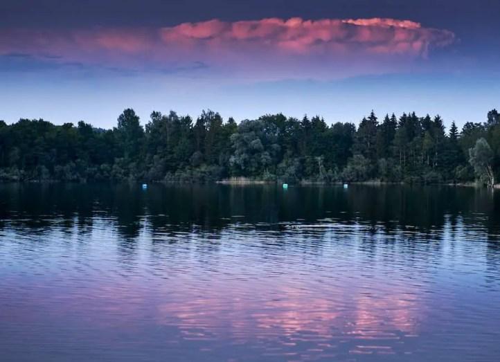 Wolkenreflexion im Wasser