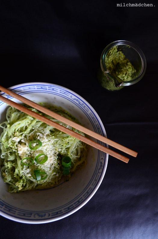 Grünstreifen: Avocado-Pesto mit Cashews und Thaibasilikum zu Glasnudeln