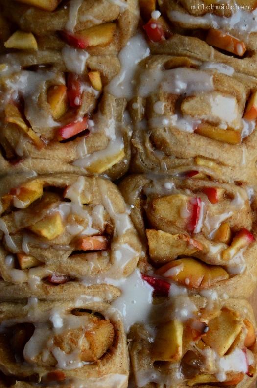 Sauerteig-Zimtschnecken mit Apfelfüllung | milchmädchen.