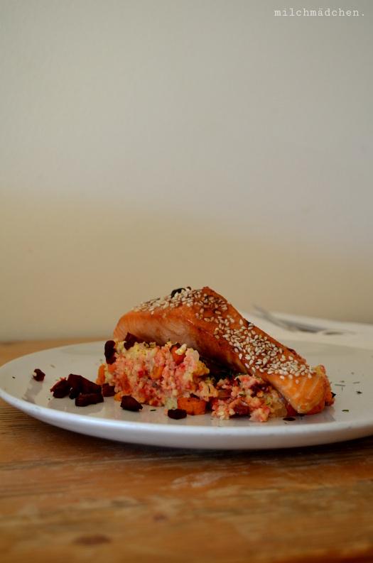 Herbst-Hirsotto mit glasiertem Sesam-Ofenlachs und Backgemüse | milchmädchen.
