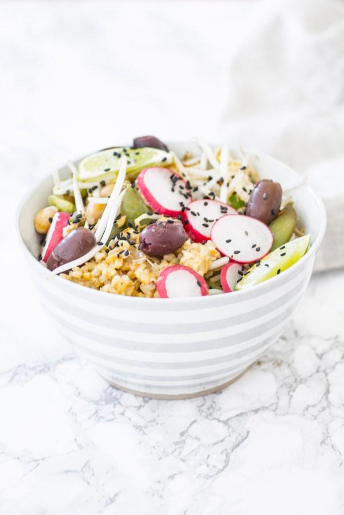 Reis Bowl mit Bohnen, Radieschen + Sprossen