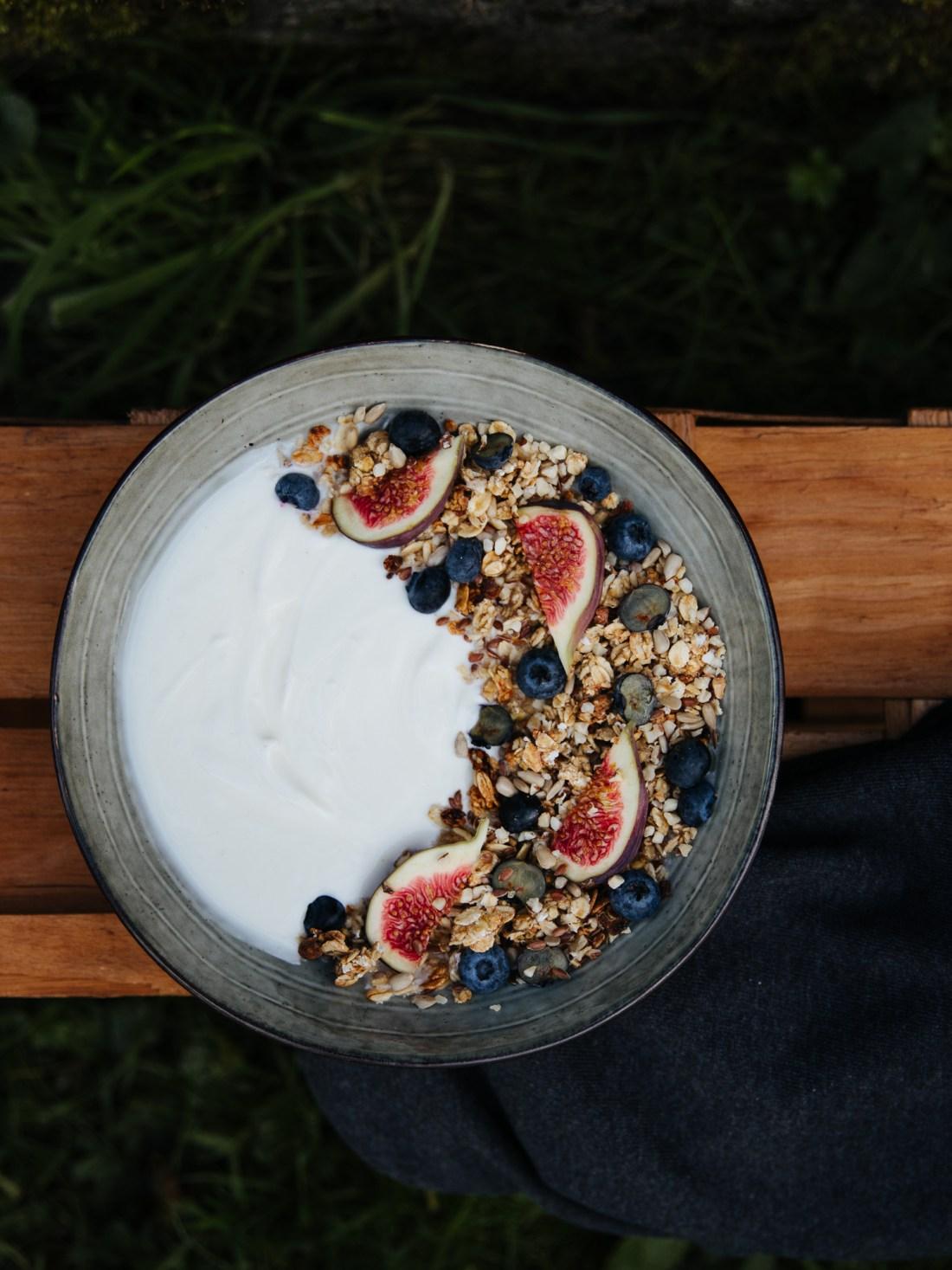 vollmundig   Granola mit frischen Feigen im Garten